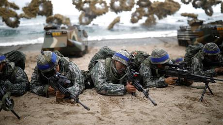 Südkoreanische Marinesoldaten nehmen am 2. April 2017 in Pohang, Südkorea, an einer gemeinsamen Landungsübung mit den USA im Rahmen des jährlichen gemeinsamen Militärmanövers