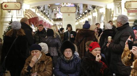 Bürger ruhen sich im Moskauer Kaufhaus GUM aus.