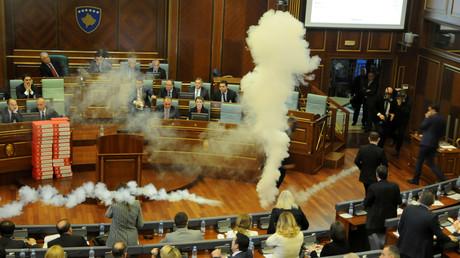 Im Kosovo-Parlament wurde heute Tränengas eingesetzt. Die Bürger der abtrünnigen serbischen Provinz brauchen weiterhin für die Einreise in dei EU ein Visum. Mit der Ratifizierung des Abkommens heute wären sie einen Schritt näher der Visa-Freiheit gewesen.