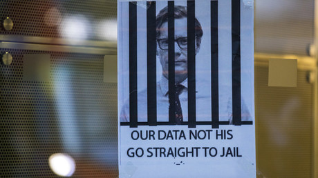 Ein Plakat an der Zentrale von Cambridge Analytica in London fordert dazu auf, den geschassten Chef des Unternehmens Alexander Nix hinter Gitter zu sperren.