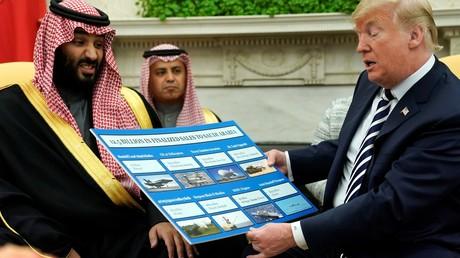 Der saudische Thronnachfolger und der oberste Staatslenker der Vereinigten Staaten trafen sich im Oval Office, wo sie anhand einer übergroßen Grafik die Waffengeschäfte bewundern konnten.