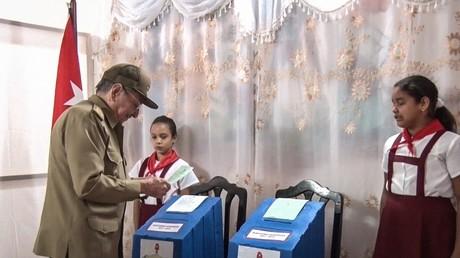 Kubas Präsident Raul Castro bei der Stimmabgabe zur Parlamentswahl.