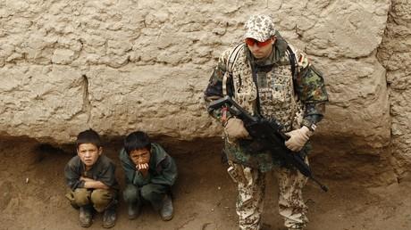 Für die Linksfraktion steht fest: Kinder sollten mit Soldaten nichts zu tun haben - weder mit ausländischen Interventionskräften, wie hier in Afghanistan, noch mit der Öffentlichkeitsarbeit heimischer Offiziere.