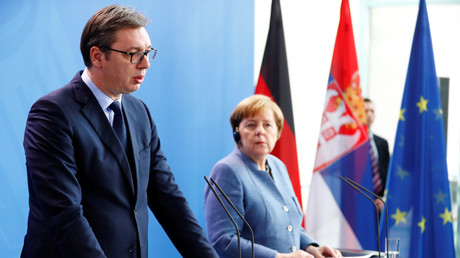Bundeskanzlerin Angela Merkel (r.) hat Serbien ihre Unterstützung auf dem Weg in die EU zugesagt. Nach einem Treffen mit dem serbischen Präsidenten Aleksandar Vučić Ende Februar in Berlin wies sie nochmals darauf hin, dass der Konflikt mit dem Kosovo beigelegt werden sollte.