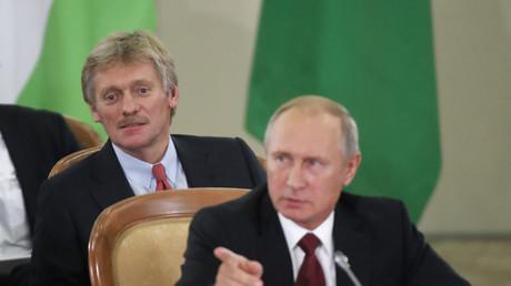 Kreml-Sprecher Dmitri Peskow (l) und der russische Präsident Wladimir Putin (r)