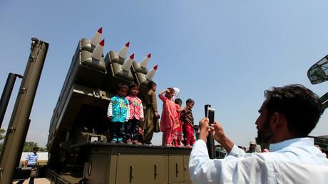 Ein Mann fotografiert Kinder mit Raketenwerfer-Systemen während einer Zeremonie zu Ehren des pakistanischen Tags der Verteidigung, Islamabad, Pakistan, 6. September 2017.