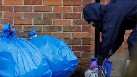 Beutel mit Schutzkleidung sind zu sehen, nachdem Inspektoren der Organisation für das Verbot chemischer Waffen (OPCW) den Ort des Angriffs auf den ehemaligen russischen Agenten Sergej Skripal am 21. März 2018 in Salisbury, Großbritannien, besucht haben.