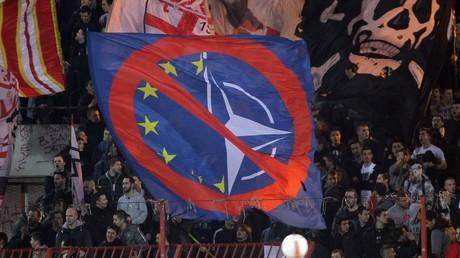 Wollen keinen Beitritt Serbiens zur NATO und zur EU: Fußballfans in Belgrad vor drei Wochen.