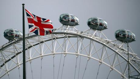 Die britische Fahne vor dem berühmten Karussell