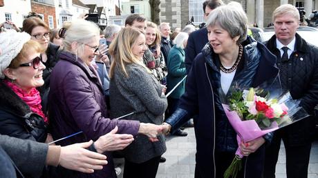 Fröhliche Stimmung: Premierministerin Theresa May in Salisbury, wo sie am 15. März den mutmaßlichen Tatort besuchte, an dem Sergei Skripal und seine Tochter vergiftet wurden.