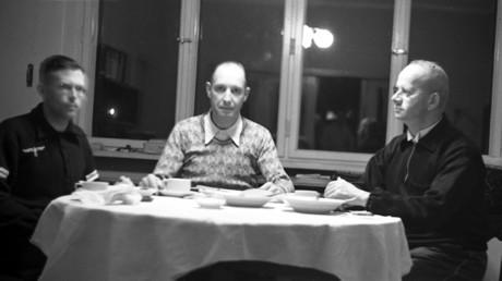 """Selbstportrait meines Großvaters Dr. Victor Becker (Mitte) zusammen mit Kollegen, Mitte November 1939 im """"Warthegau"""", nachdem die drei sehr wahrscheinlich unfreiwillige Zeugen einer Massenerschießung lokaler polnischer Honoratioren gewesen waren."""