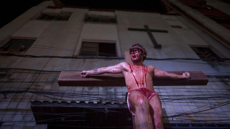 """""""Ich lasse Jesus nicht sterben"""": Zuschauer will Christi Kreuzigung in Osteraufführung verhindern"""