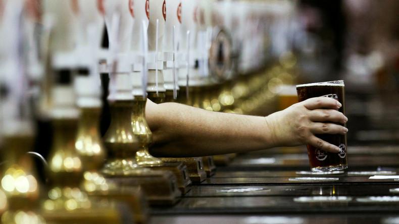 Man muss Prioritäten setzen: Australier bestellt nach Messerstich noch ein Bier