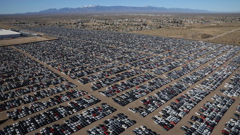 Mega-Langzeitparkplatz Tausender zurückgekaufter VWs in kalifornischer Wüste - Drohnenvideo