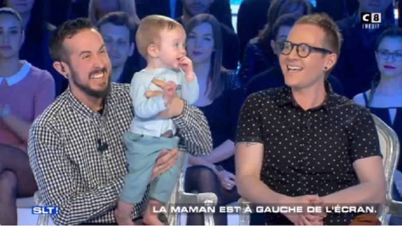 """""""Die Mama ist links im Bild"""" – Französischer Fernsehsender verulkt Transgenderpaar"""