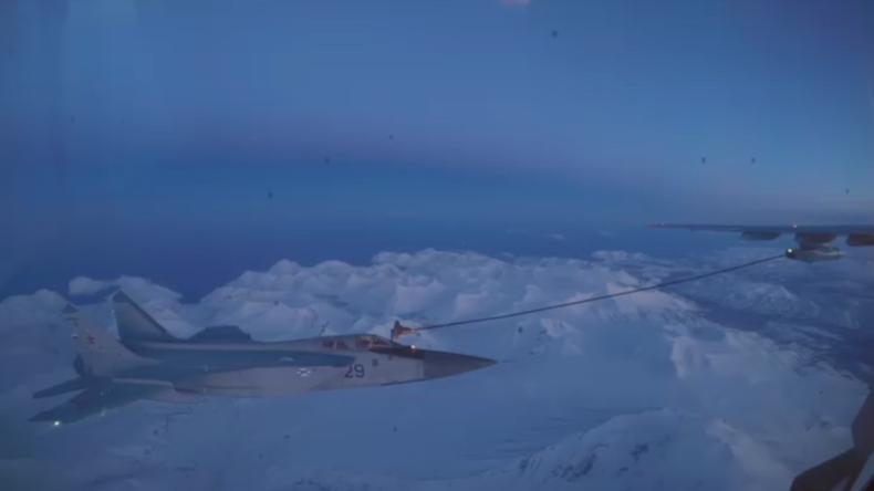 Boxenstopp bei 7.000 Meter: MiG-31 führt Luftbetankung in der Nacht durch