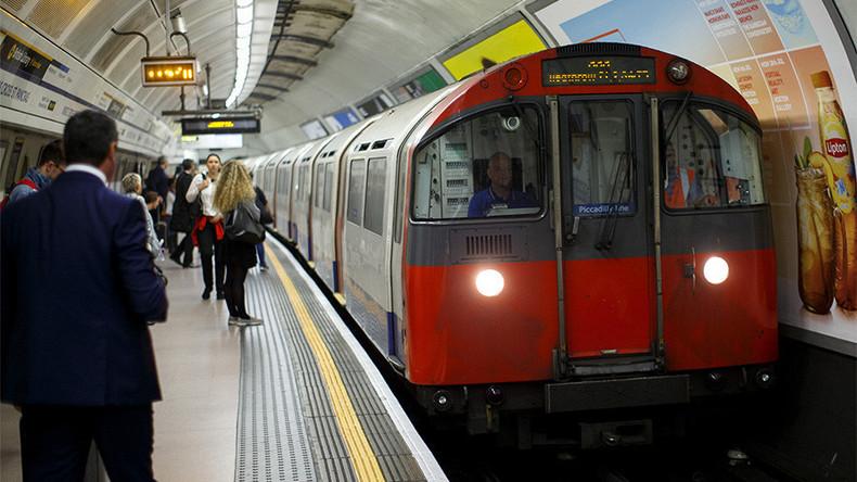 Zwei Betrunkene ringen auf U-Bahn-Plattform und entkommen knapp dem Tod