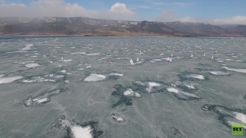 Zwölf Nationen segeln mit Tempo 100 über vereisten Baikalsee