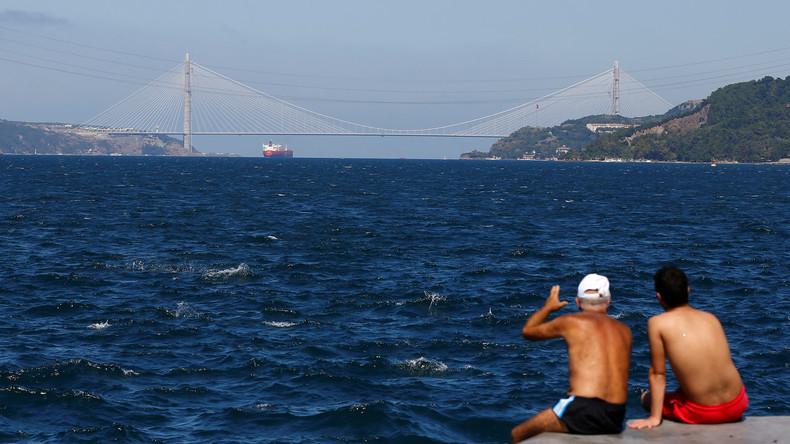 Frachtschiff kracht am Bosporus in historische Holzvilla