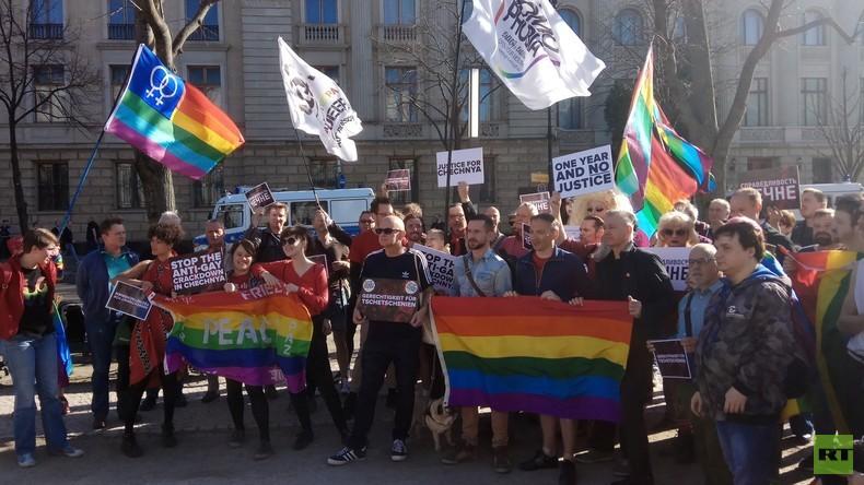 Gegen angebliche Schwulenverfolgung in Tschetschenien: Protest vor der Russischen Botschaft