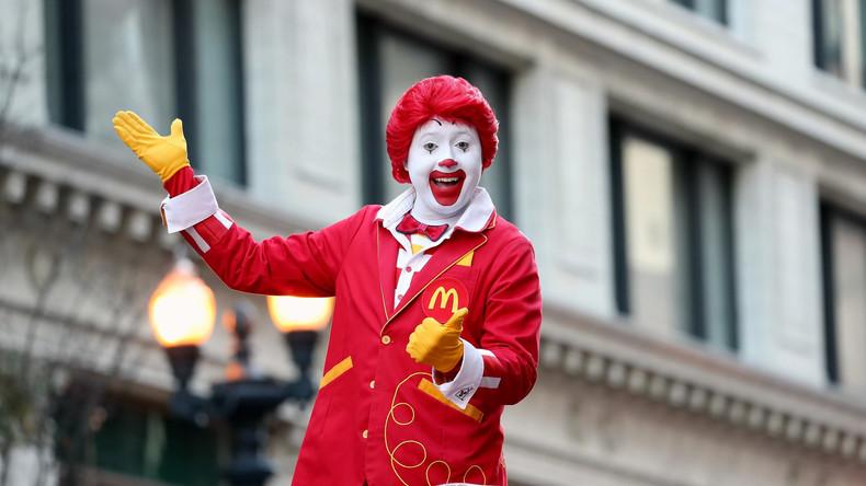 """""""Ich dachte, da steht McDonald's drauf"""": Mutter schickt Sohn in XXX-T-Shirt in die Schule"""