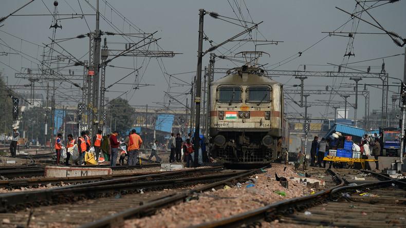 Fehler beim Lok-Wechsel: 22 Wagen mit 1.000 Fahrgästen rollen in Indien zwölf Kilometer ins Nichts