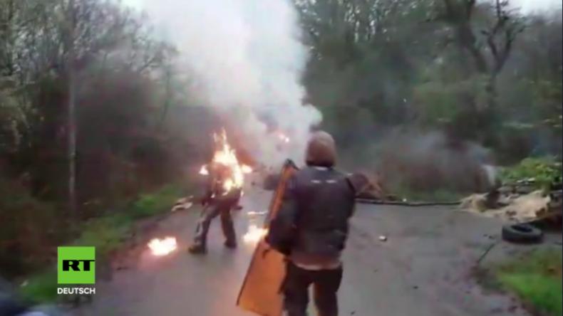 """""""Wer anderen eine Grube gräbt"""" - Protestler setzt sich bei Molotow-Cocktail-Wurf selbst in Brand"""