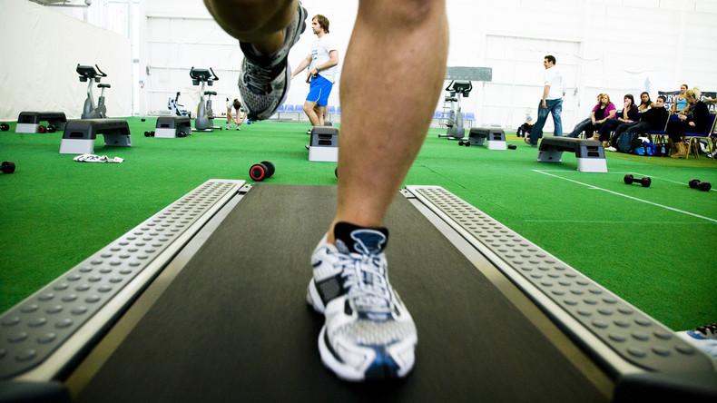 Teuflisches Sportgerät: Junge beim Spielen im Fitnessstudio unter Laufband gezogen