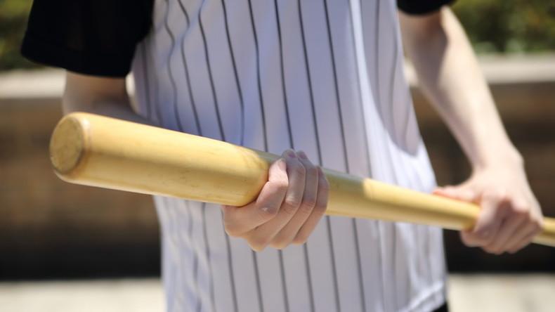 """""""Good Guy With A Bat"""": US-Schulbezirk bewaffnet Lehrer mit kleinen Baseballschlägern"""