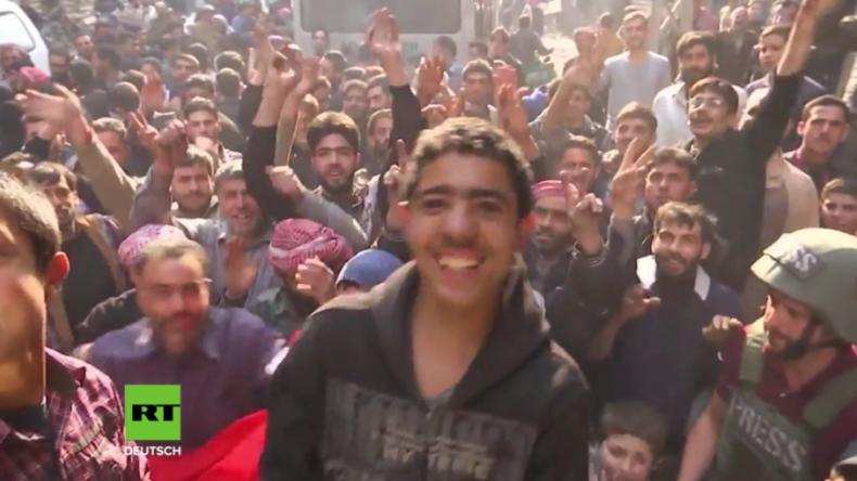 Endlich frei! Zivilisten feiern in Duma den Sieg der Syrischen Armee über Islamisten-Besatzung