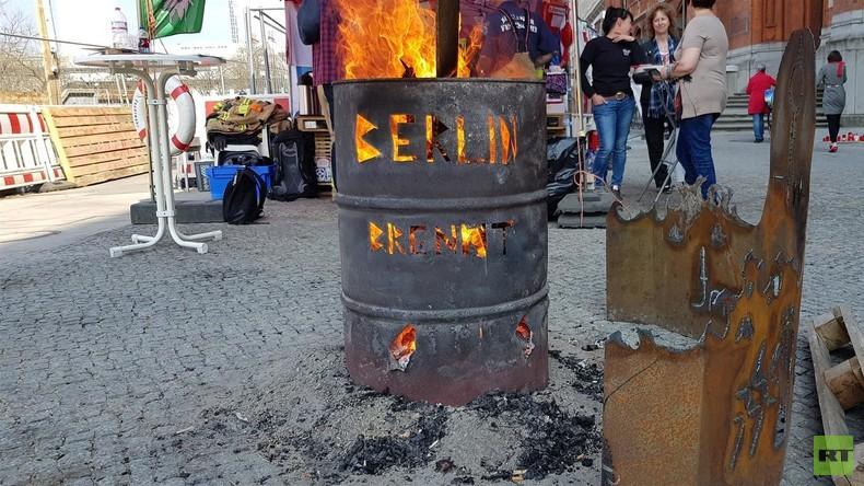 """""""Berlin brennt"""": Berliner Feuerwehr hält aus Frust seit Wochen eine Mahnwache ab (Video)"""