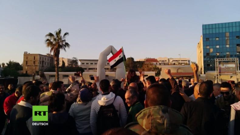Damaskus: Menschen ziehen auf die Straße, um gegen US-geführte Luftangriffe zu protestieren