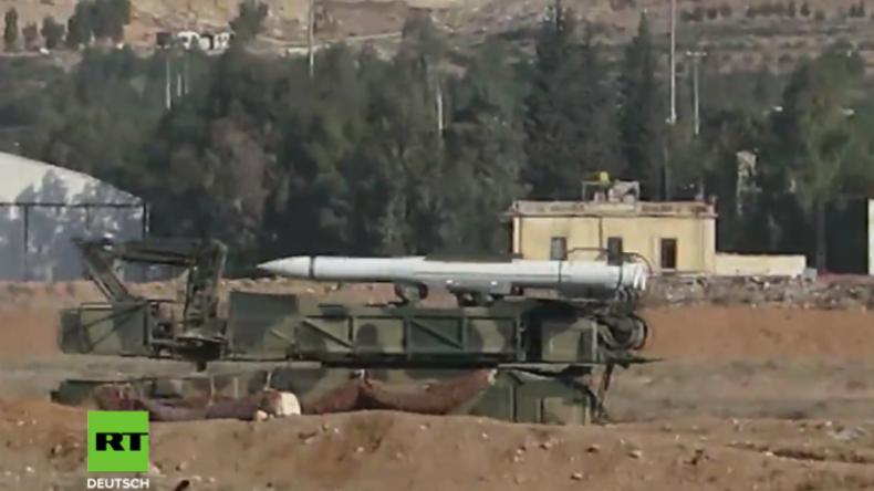 Syrien: Video vom Militärflugplatz Mezzeh, der zum Ziel von US-geführten Luftangriffen wurde