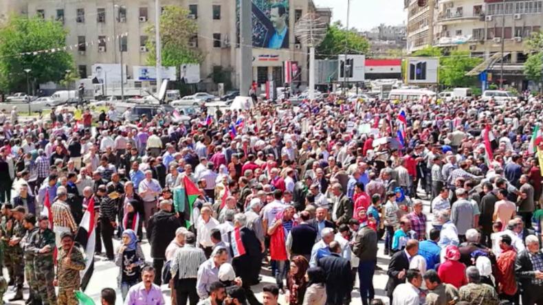 """Aleppo und Damaskus: """"Gegen US-Angriffe"""" - Hunderte gehen für Assad und Russland auf die Straßen"""