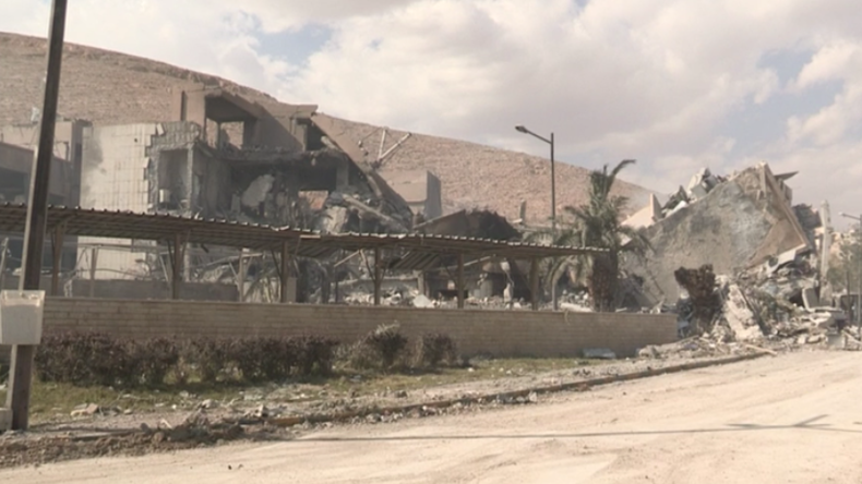 Exklusiv-Aufnahmen: US-geführte Luftangriffe zerstörten Forschungszentrum in Barsah