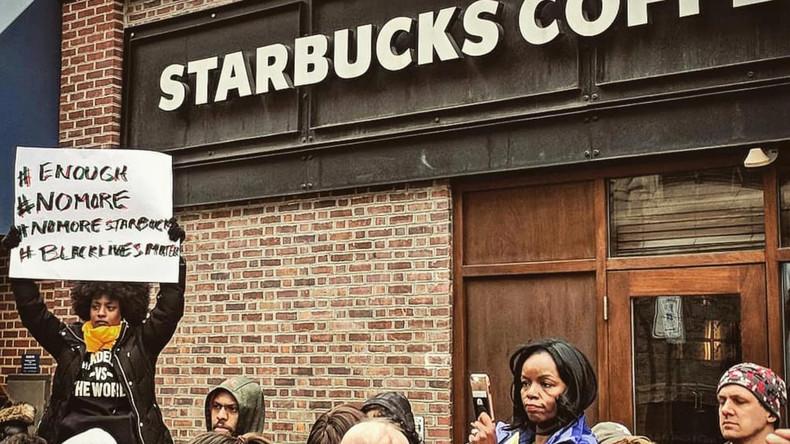 Aus Rassismus? Starbucks lässt Männer festnehmen, weil sie nichts bestellen wollten