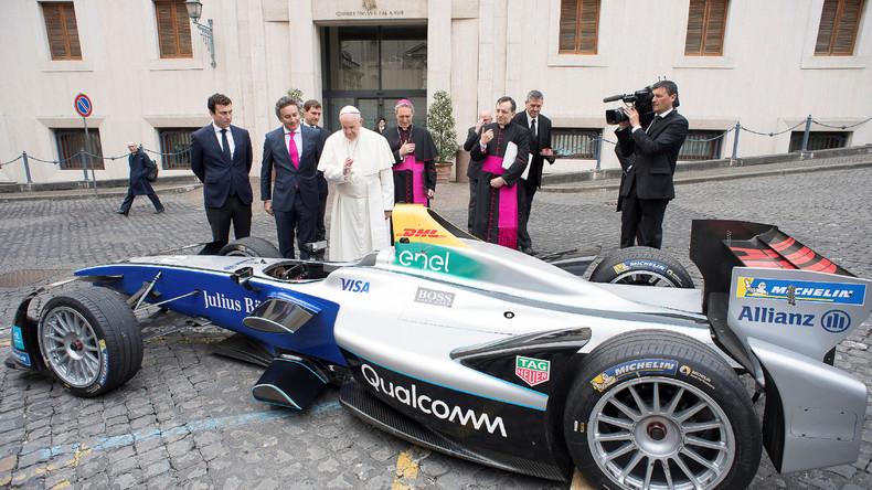 Papst Franziskus segnet vollelektrischen Formel-E-Boliden in Rom