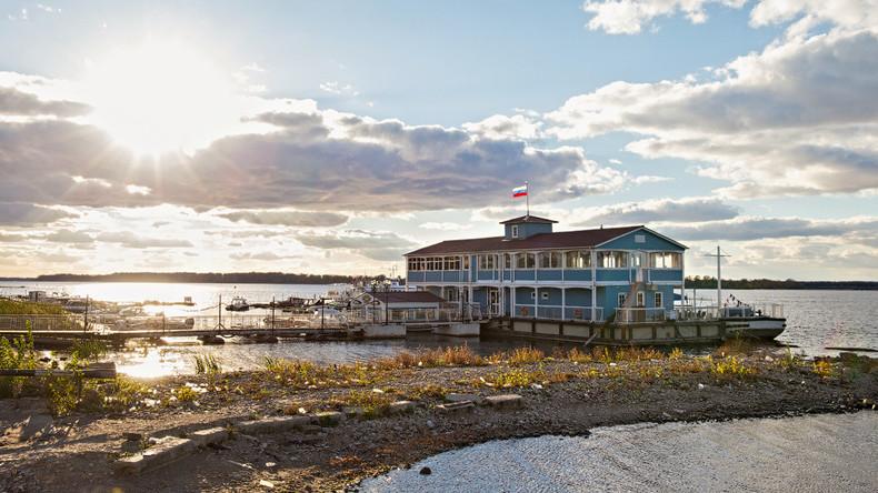 Driftender Holländer: Eisscholle bricht vom Wolga-Ufer ab - Strömung nimmt Restaurant mit