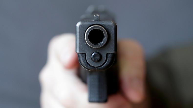 Waffen sind kein Spielzeug: Dreijährige findet Pistole im Auto und schießt auf schwangere Mutter