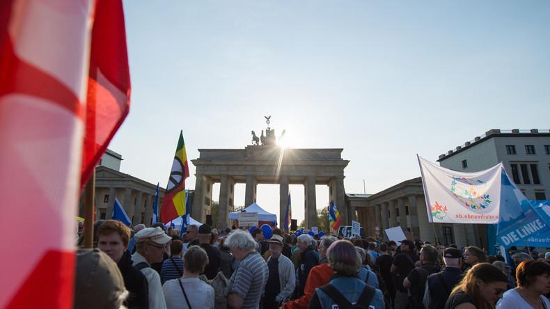 """Demonstration vor US-Botschaft in Berlin: """"Nein zum Krieg gegen Syrien - Rückkehr zum Völkerrecht!"""""""
