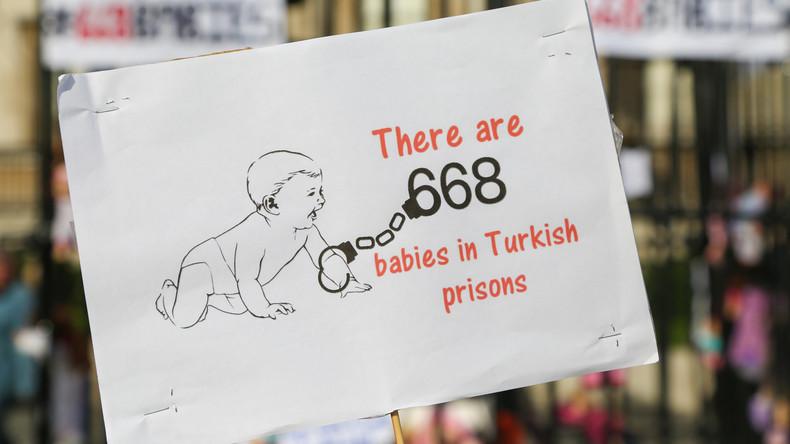 Türkische Lehrerin muss nach Friedensaufruf mit Baby hinter Gitter