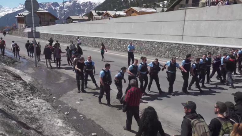 """Nach """"Grenzschutzaktion"""" der Identitären - Gegenprotestler stürmen mit Migranten die Grenze"""