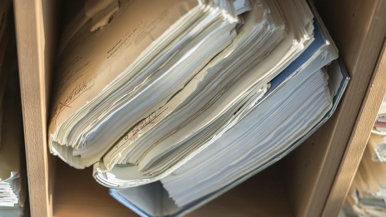 Anwalt isst Prozessakten im Gerichtssaal: Gericht verhängt Geldstrafe und ordnet Entzug an
