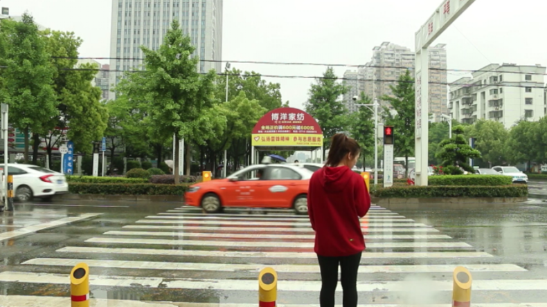 Genial oder daneben? Intelligente Poller in China spritzen Menschen nass, die rote Ampeln missachten