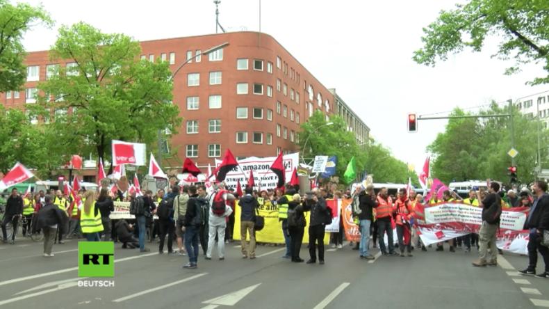 """""""Steuer-Preller und Ausbeuter"""": Protest am Axel-Springer-Haus gegen Auszeichnung für Amazon"""