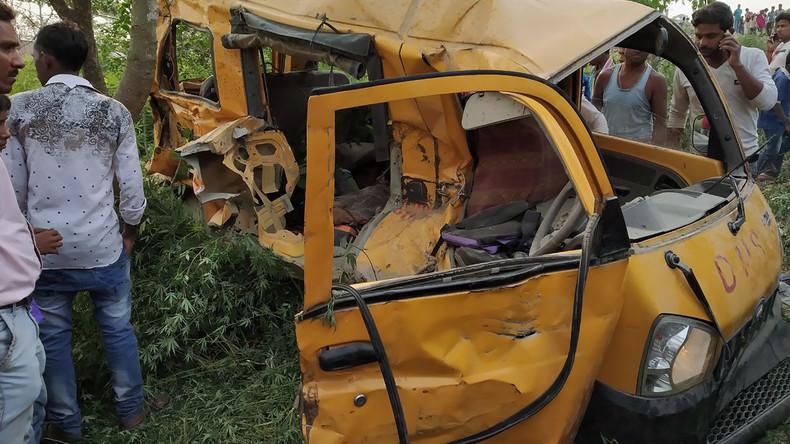 Zug erfasst Schulbus in Indien - mindestens 12 Kinder tot