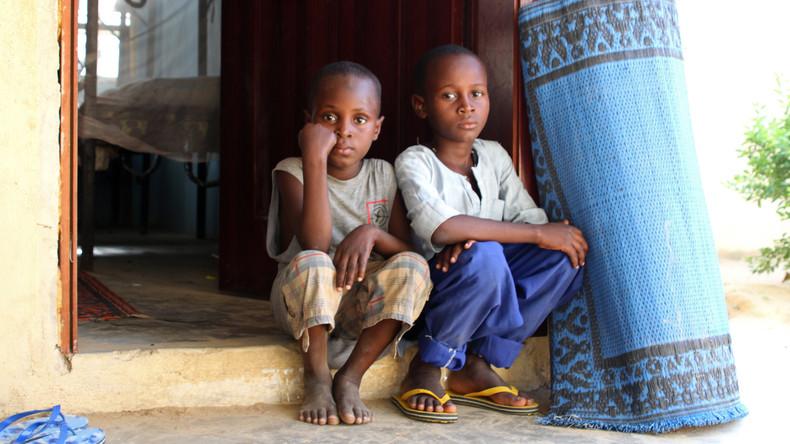 """Nigerias Polizei zerschlägt """"Kinderfabrik"""" und rettet Hunderte Kinder vor Sklaverei und Prostitution"""