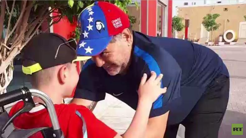 Einmal mit Maradona Fußball spielen: Legende erfüllt Jungen ohne Beine dessen Traum (VIDEO)