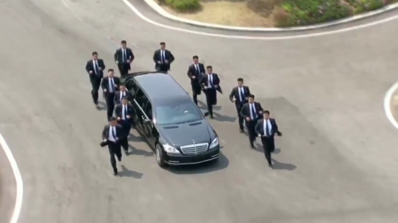 Wie im Actionfilm: Ein Dutzend Bodyguards joggt im Gleichschritt neben Limousine von Kim Jong-un