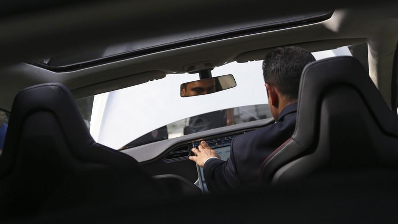 Brite fährt als Passagier in Tesla-Selbstfahrauto und verliert Führerschein